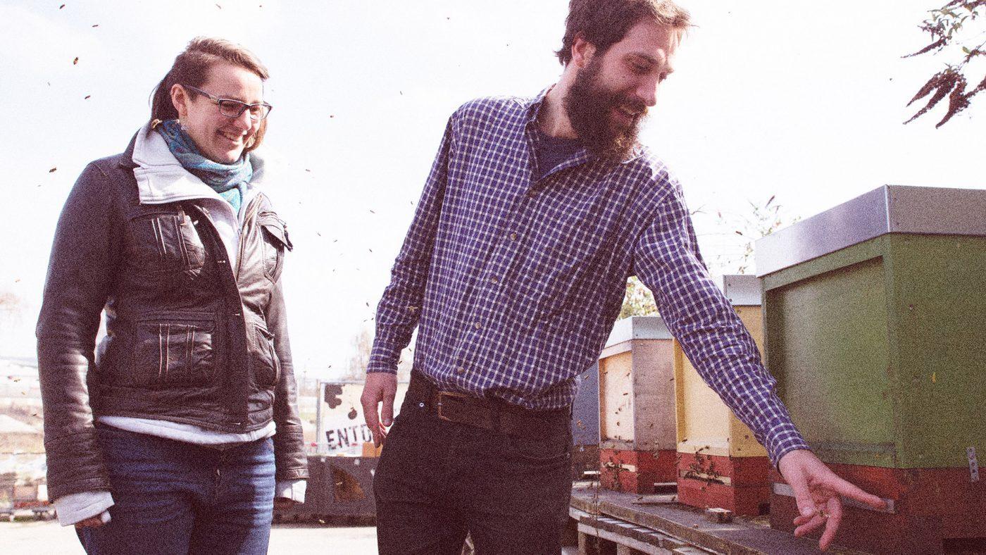 Zwei Personen am Demeter-Bienenstock in Stuttgart